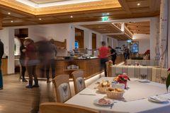 Blick in den Speisesaal, Gäste beim Frühstück holen am Buffet