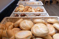 Blick auf die Brotkörbe mit großer Auswahl an Jour-Gebäck, Schwarzbrot und Semmeln