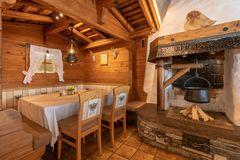 Blick auf gemütliche Sitzecke direkt am offenen Kamin im Restaurant Tannenalm