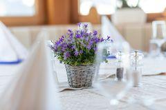 Detailaufnahme Lavendelstrauss auf festlich gedecktem Tisch im Restaurant