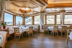 Blick auf den Erkersitzplatz im Restaurant der Tannenalm mit herrlicher Aussicht auf die umliegende Bergwelt