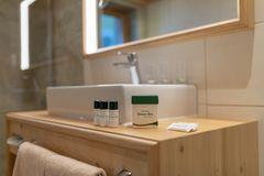 Detailaufnahme von Pflegeprodukten auf dem Waschtisch im Badezimmer