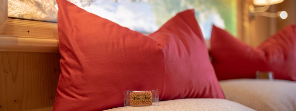 Detailaufnahme Begrüßungs-Bonbon auf dem Kissen, beleuchtetes Panoramabild im Hintergrund