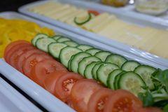 Detailaufnahme Gemüseteller mit fein aufgeschnittenen Tomaten, Gurken und Paprika
