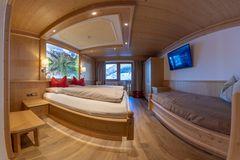 Panorama-Aufnahme des Doppelzimmer Spieljoch mit großem Doppelbett und Zusatzbett