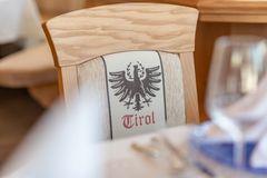 Detailaufnahme Stuhl mit eigenem Tiroler-Design auf der Rückenlehne